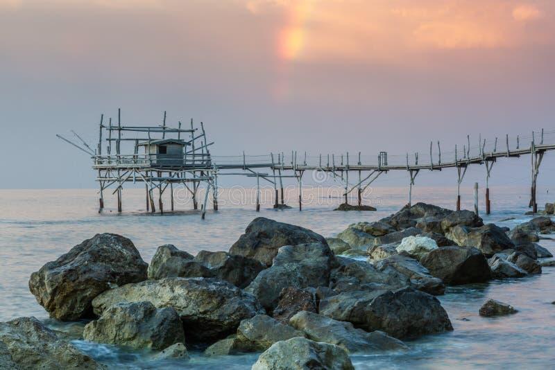 Zonsondergang bij het overzees - Costa-deitrabocchi royalty-vrije stock afbeelding