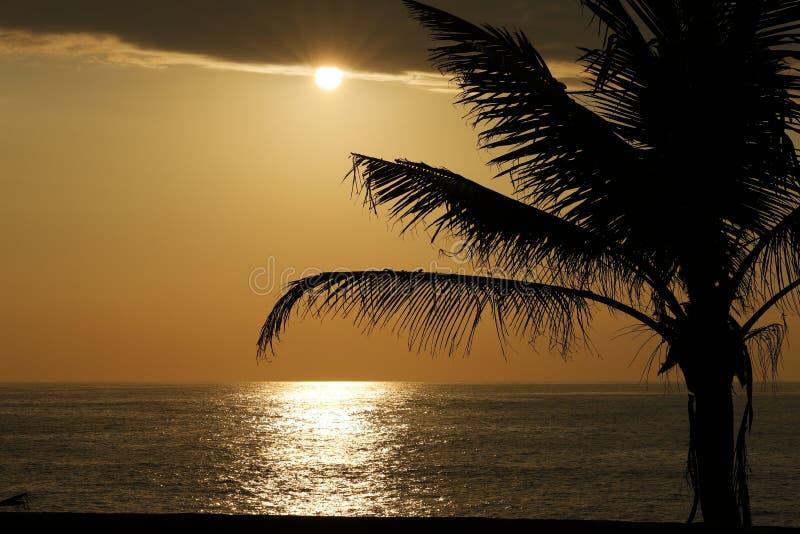 Zonsondergang bij het overzees dichtbij Galle in Sri Lanka stock foto's
