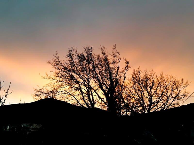 Zonsondergang bij het overzees met toneelwolken op de horizon royalty-vrije stock foto