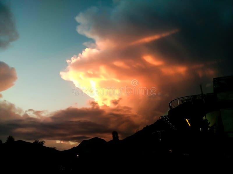 Zonsondergang bij het overzees met toneelwolken op de horizon royalty-vrije stock foto's