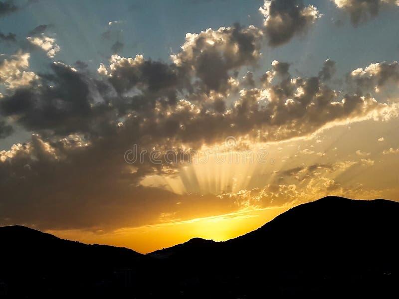 Zonsondergang bij het overzees met toneelwolken op de horizon royalty-vrije stock fotografie