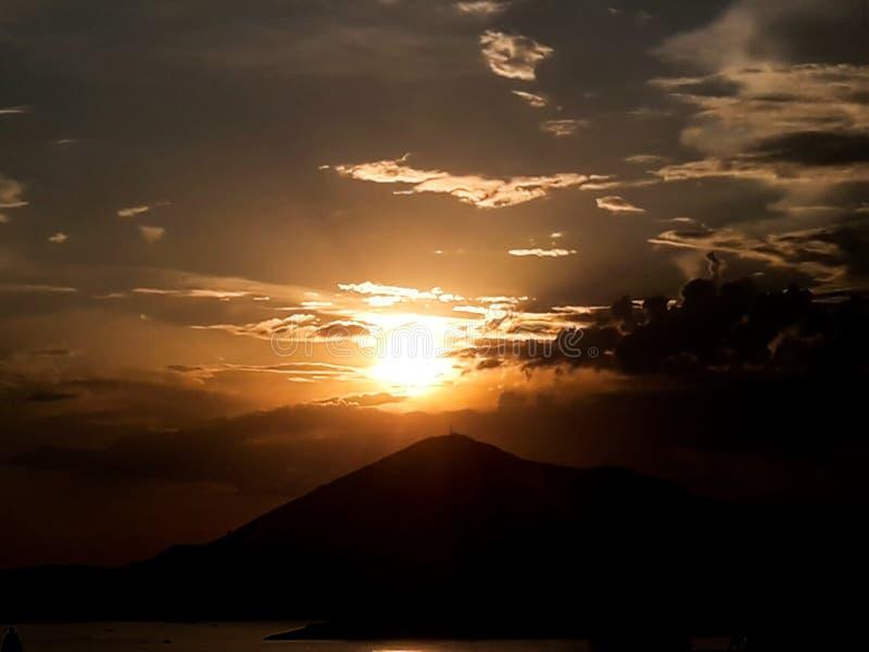 Zonsondergang bij het overzees met toneelwolken op de horizon royalty-vrije stock afbeeldingen