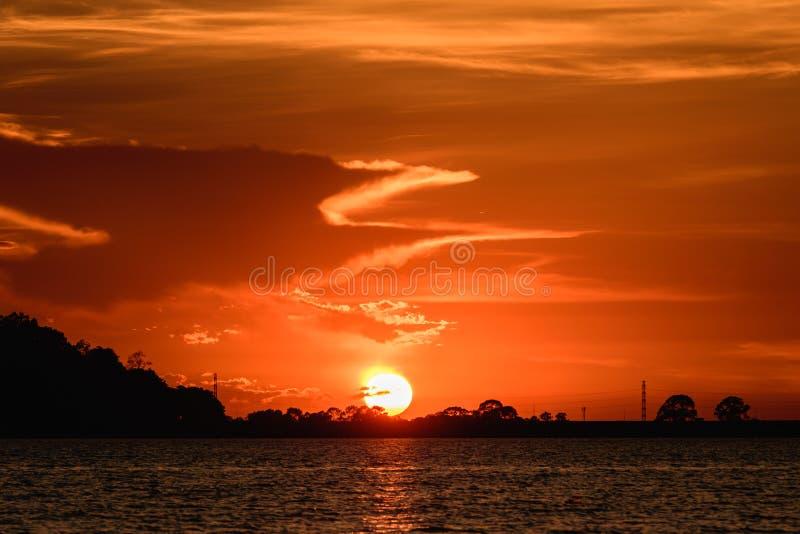 Zonsondergang bij het Reservoir van Klapphra, Mueang Chon Buri in Thailand stock afbeeldingen