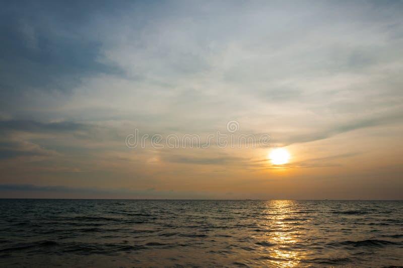 Download Zonsondergang Bij Het Strand Stock Afbeelding - Afbeelding bestaande uit mooi, bezinning: 39106843