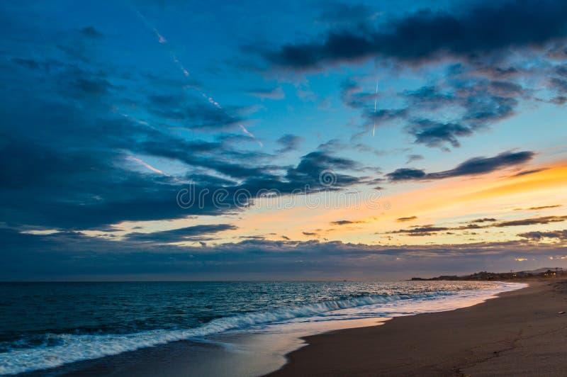 Zonsondergang bij het strand royalty-vrije stock afbeelding