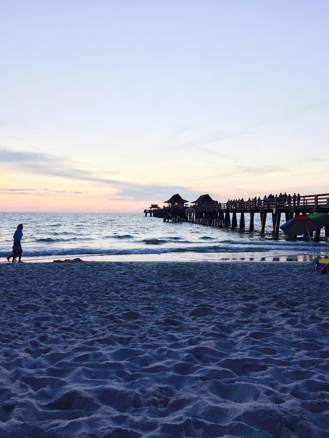 Zonsondergang bij het strand stock fotografie