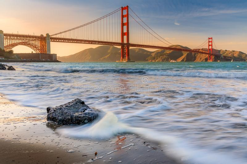 Zonsondergang bij het strand door Golden gate bridge in San Francisco C stock foto's