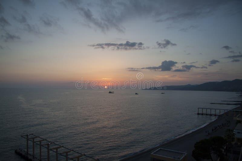Zonsondergang bij het strand van Sotchi royalty-vrije stock fotografie
