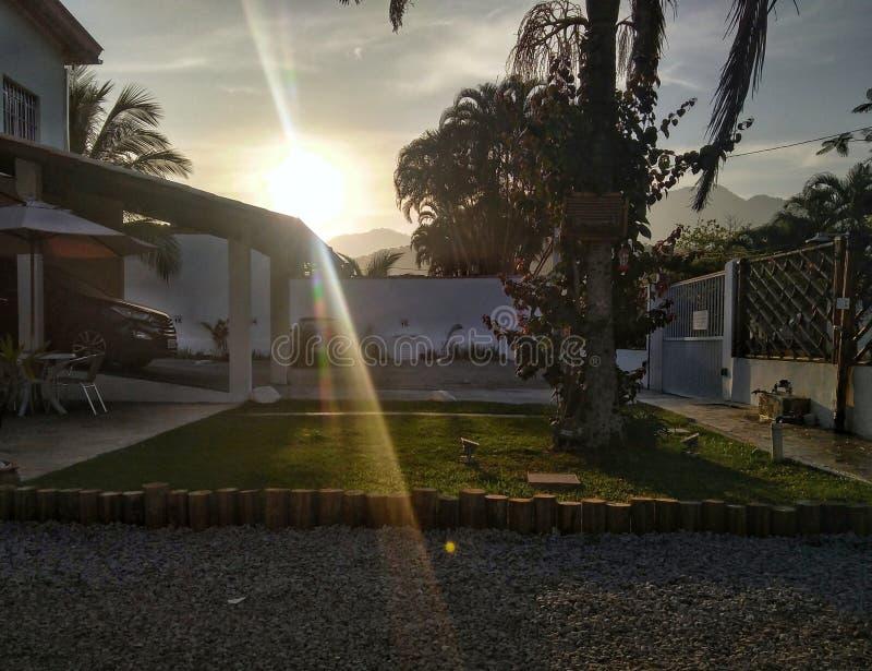 Zonsondergang bij huis royalty-vrije stock afbeeldingen