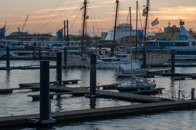 Zonsondergang bij jachthaven in Haven van Hamburg stock afbeeldingen