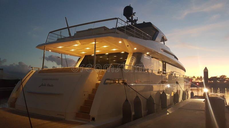 Zonsondergang bij jachthaven van het luxe de super jacht royalty-vrije stock foto's