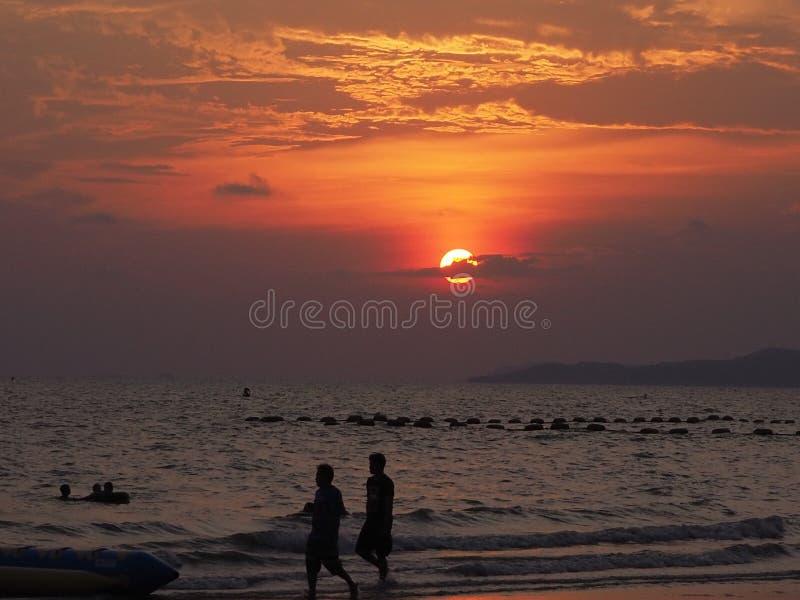 Zonsondergang bij Jomtian-Strand, Pattaya Thailand stock afbeeldingen