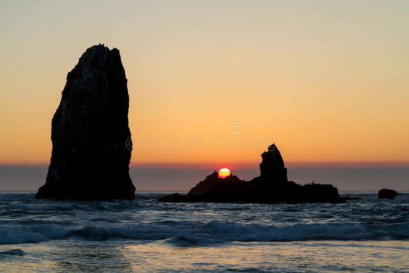 Zonsondergang bij Kanonstrand langs de kust van Oregon stock afbeelding