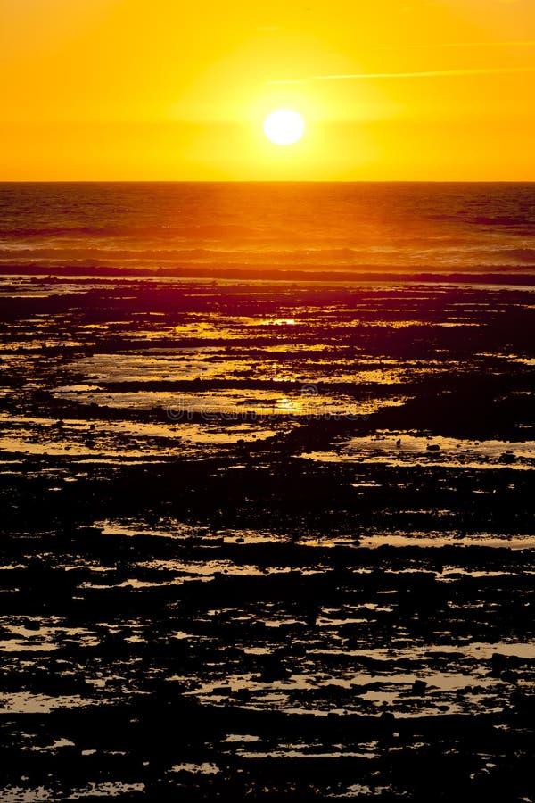 zonsondergang bij kust van Oleron-Eiland, Poitou-Charentes, Frankrijk stock afbeeldingen