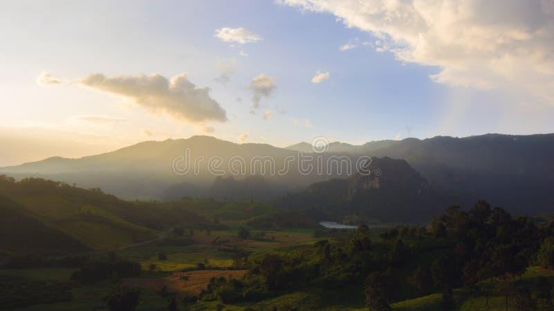 Zonsondergang bij land royalty-vrije stock afbeeldingen