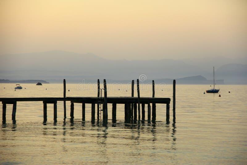Zonsondergang bij Meer Garda royalty-vrije stock afbeelding