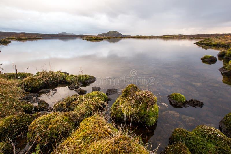 Zonsondergang bij meer in Zuid-IJsland Europa stock foto