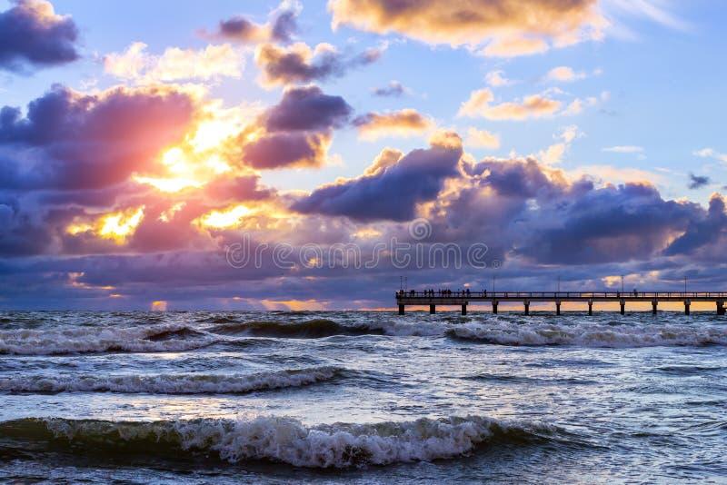 Zonsondergang bij Oostzee in toevlucht Palanga, Litouwen royalty-vrije stock afbeeldingen