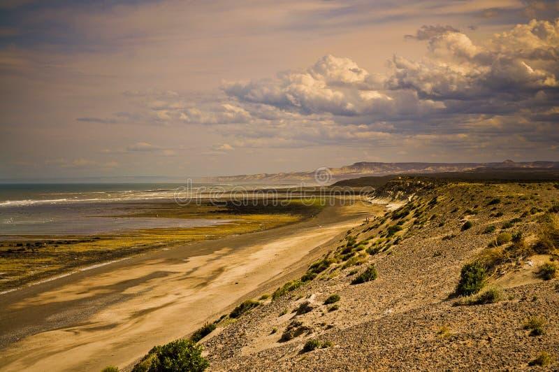 Zonsondergang bij patagonic kustlijn royalty-vrije stock afbeelding