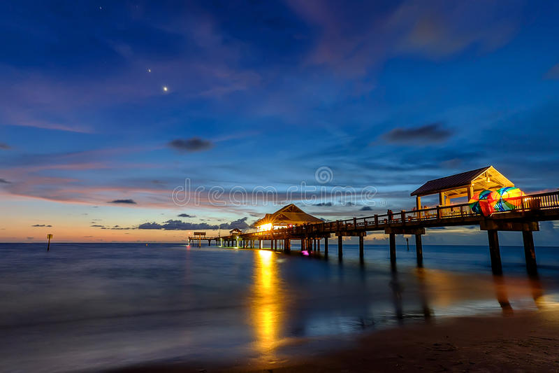 Zonsondergang bij Pijler 60 in Clearwater Florida stock foto's