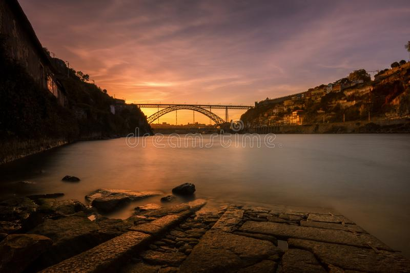 Zonsondergang bij Porto Douro rivier stock foto's