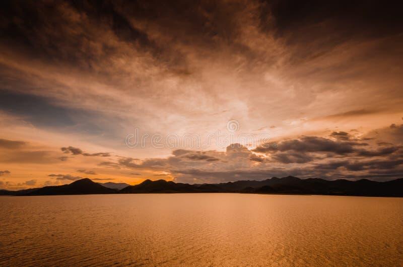 Zonsondergang bij Pranburi-dam Thailand royalty-vrije stock foto's