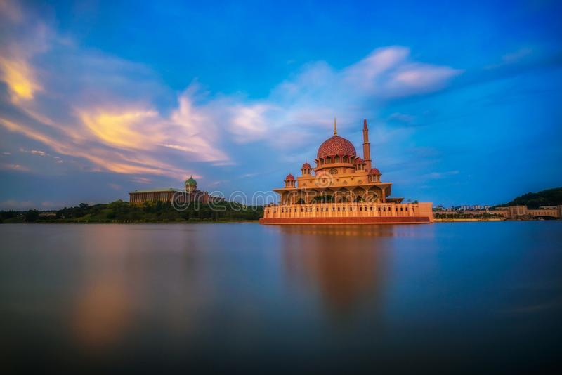 Zonsondergang bij Putra-Moskee en Putrajaya-Meer in Maleisië royalty-vrije stock foto