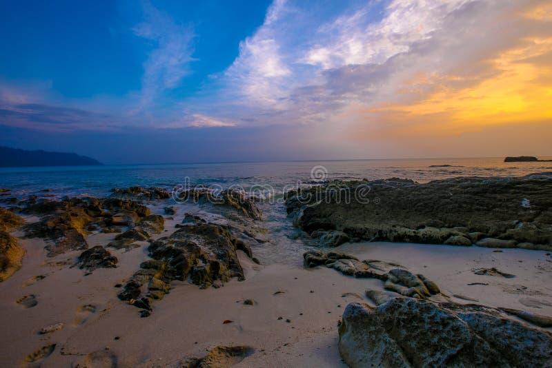Zonsondergang bij Radhanagar-strand havelock stock afbeelding