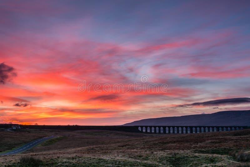 Zonsondergang bij Ribblehead-Viaduct royalty-vrije stock fotografie