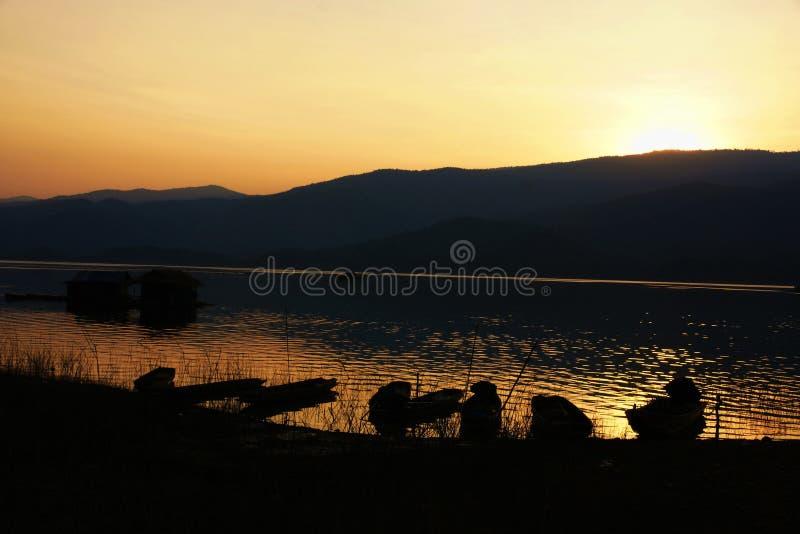 Zonsondergang bij rivier stock afbeeldingen