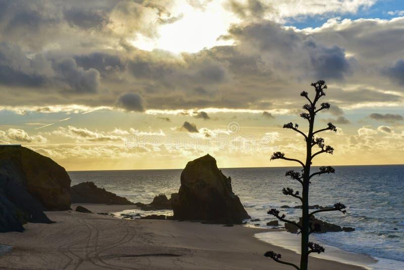 Zonsondergang bij Santa Cruz-strand - Portugal stock afbeeldingen