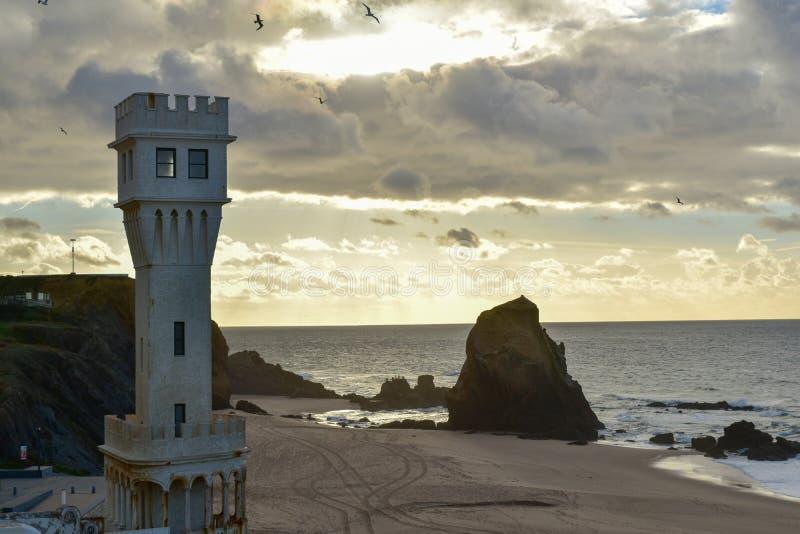 Zonsondergang bij Santa Cruz-strand - Portugal royalty-vrije stock afbeeldingen