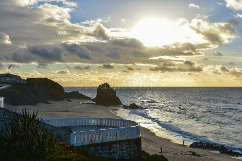Zonsondergang bij Santa Cruz-strand - Portugal stock afbeelding