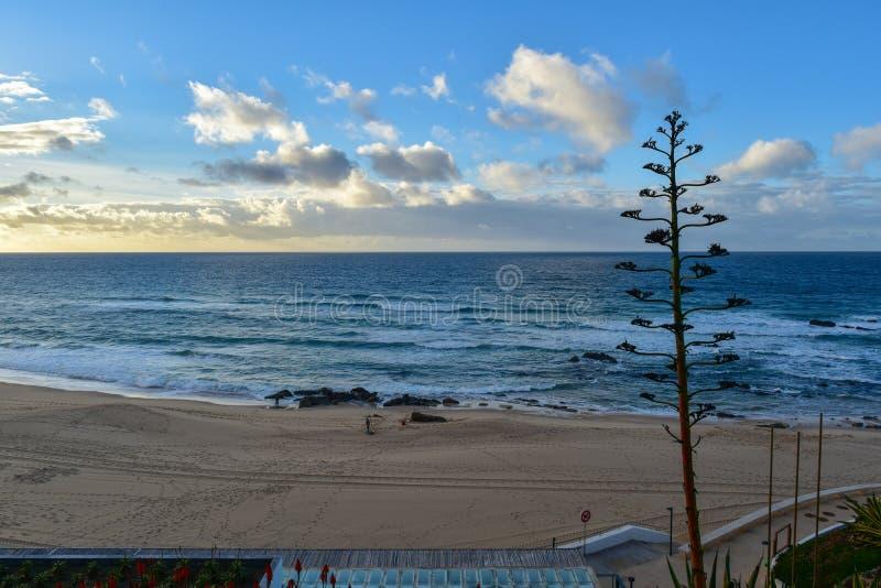 Zonsondergang bij Santa Cruz-strand - Portugal stock foto's
