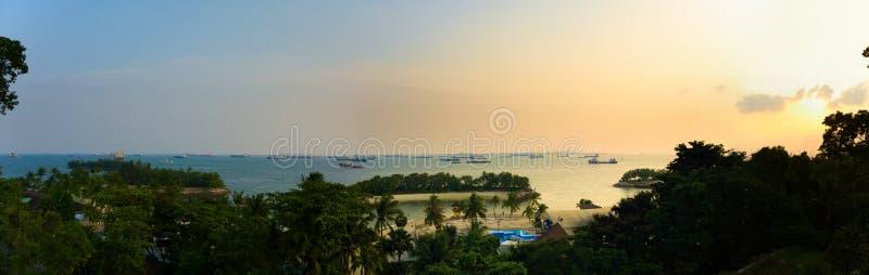 Zonsondergang bij Siloso-strand, Sentosa-eiland, Singapore royalty-vrije stock foto's