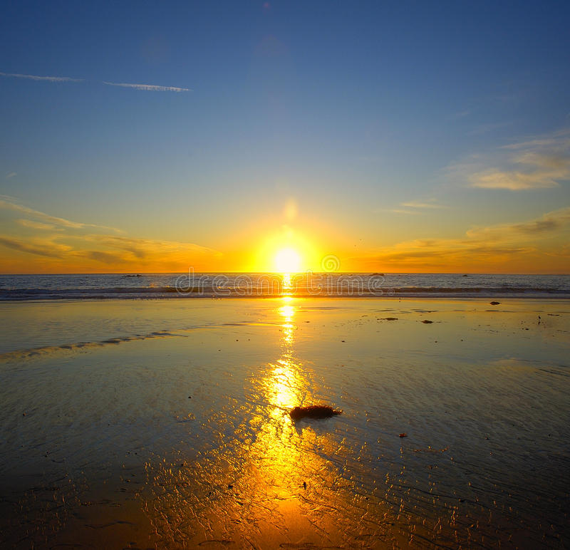 Zonsondergang bij strand stock foto's