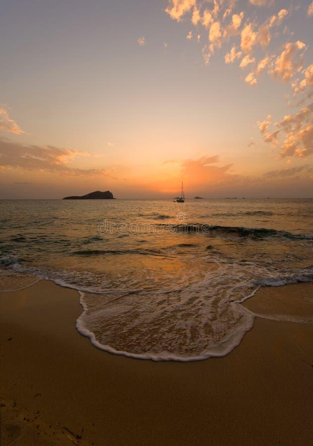 Zonsondergang bij strand Ibiza stock afbeeldingen