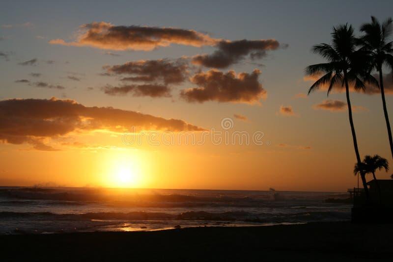 Zonsondergang bij Strand Makaha royalty-vrije stock afbeeldingen