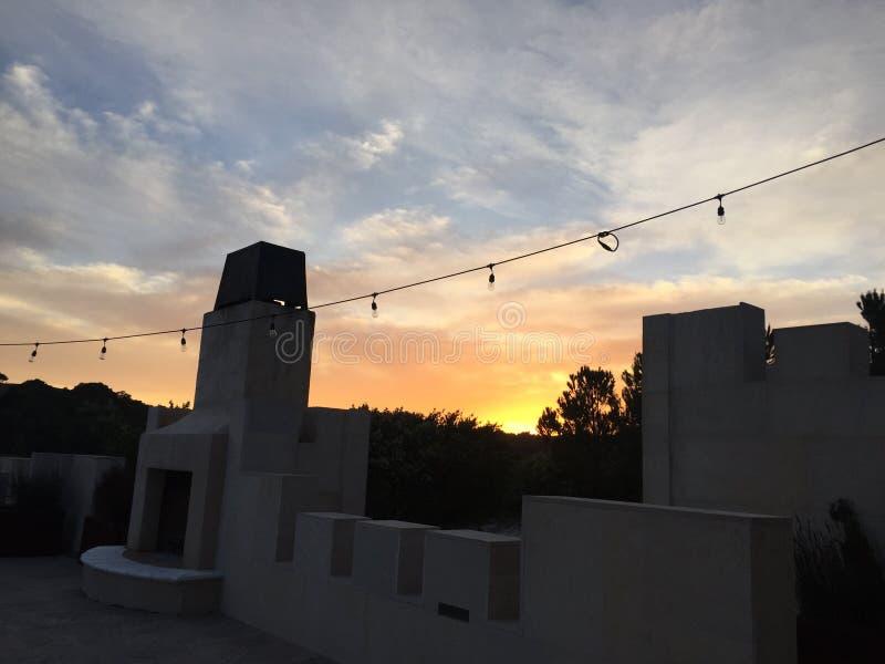 Zonsondergang bij Tand & Spijkerkasteel Paso Robles Californië van de Wijnmakerij het proevende ruimte royalty-vrije stock afbeelding