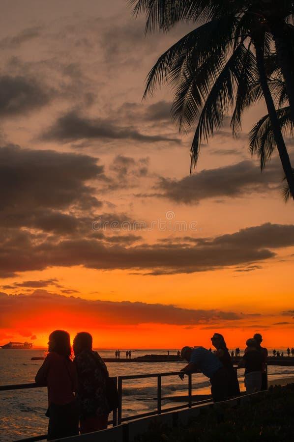 Zonsondergang bij Waikiki-Baai in Honolulu, Hawaï royalty-vrije stock foto's