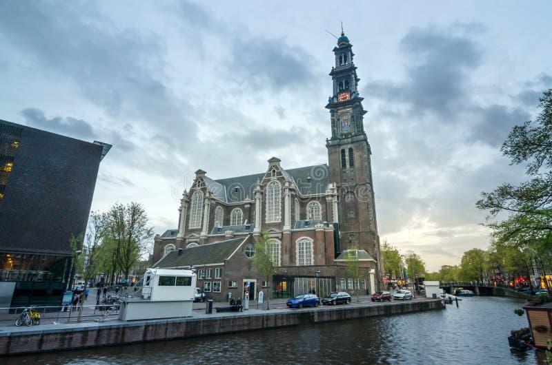 Zonsondergang bij Westelijke Kerk in Amsterdam royalty-vrije stock foto