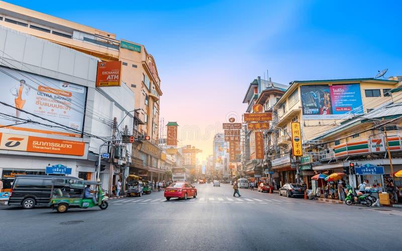 Zonsondergang bij Yaowarat-weg de hoofdstraat van Chinatown in Bangkok royalty-vrije stock foto