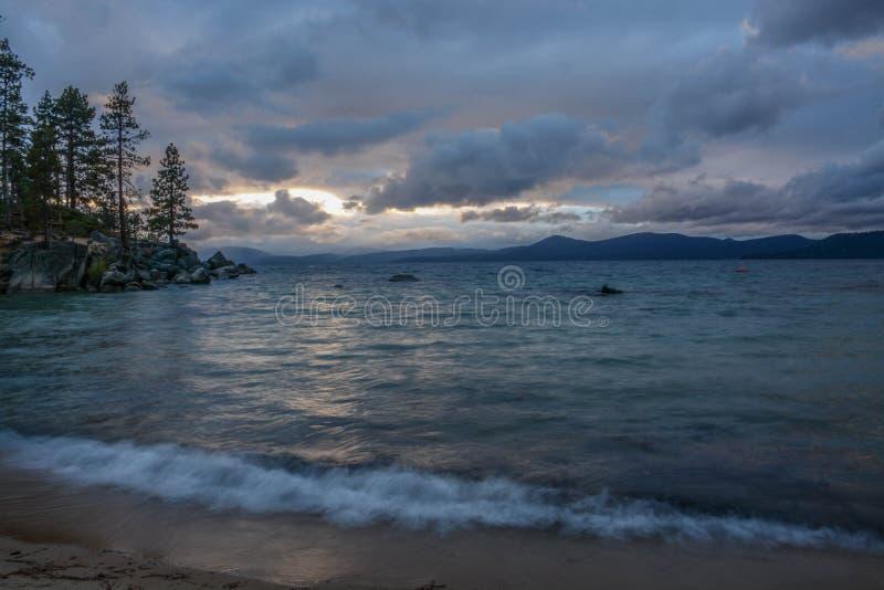 Zonsondergang bij Zandhaven op Meer Tahoe stock afbeelding