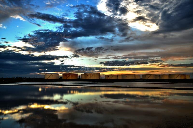 Zonsondergang bij zout landbouwbedrijf in Thailand stock fotografie