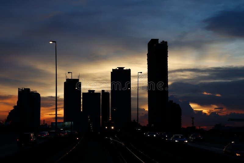 Zonsondergang binnen de stad in royalty-vrije stock afbeeldingen