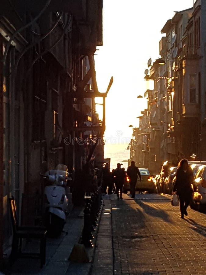 Zonsondergang binnen de stad in stock fotografie