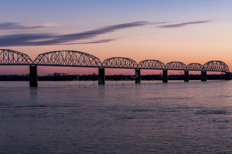 Zonsondergang/Blauw Uur bij Historische Brookport-Brug - de Rivier, Brookport, Illinois & Kentucky van Ohio stock foto