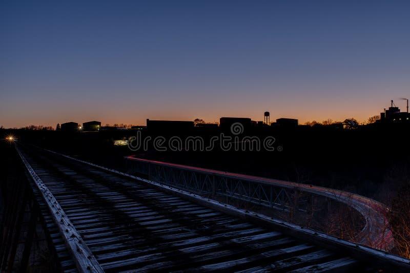 Zonsondergang/Blauw Uur - de Verlaten Jonge Hoge Brug van ` s - Norfolk & Westelijke Spoorweg - de Rivier van Kentucky - Kentucky stock foto's