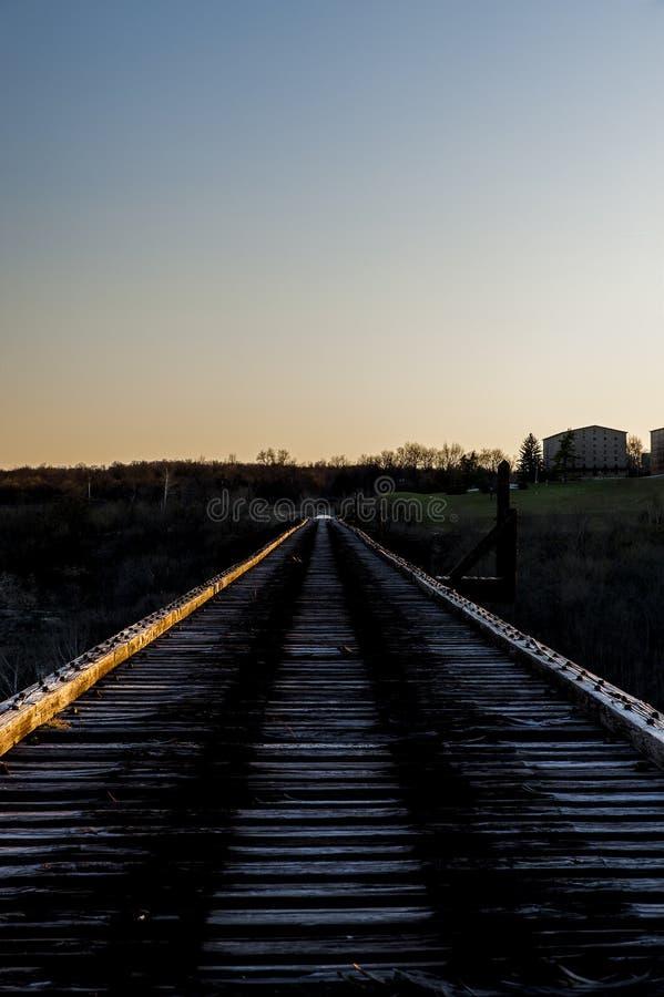 Zonsondergang/Blauw Uur - de Verlaten Jonge Hoge Brug van ` s - Norfolk & Westelijke Spoorweg - de Rivier van Kentucky - Kentucky stock afbeeldingen