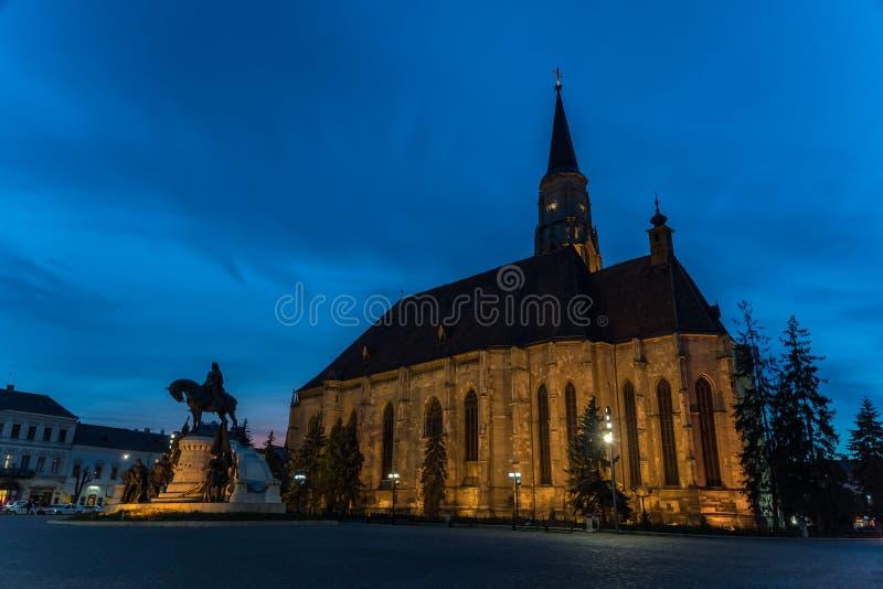 Zonsondergang Blauw Uur in Heilige Michael Roman Catholic Church royalty-vrije stock fotografie